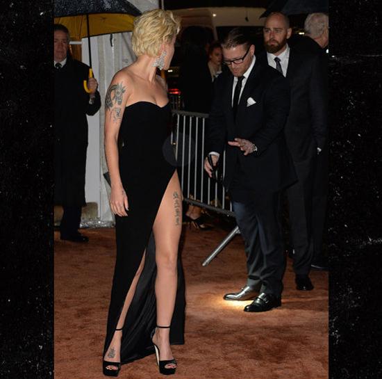 Người đẹp không khỏi bực mình khi phát hiện ra có người đang giẫm vào váy. Người đàn ông rối rít xin lỗi cô sau khi nhấc giầy ra.
