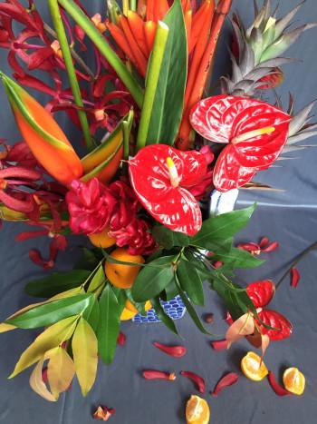 1. Cách kết hợp các loại hoa lá nhiệt đới bao gồm lá gừng, hoa thiên điểu, quả quất, hồng môn và dứa cảnh là lựa chọn hàng đầu. Quả quất và dứa tượng trưng cho phong phú, hạnh phúc và thịnh vượng. Màu đỏ của các loại hoa còn lại biểu thị của niềm vui và tài sản giàu có.