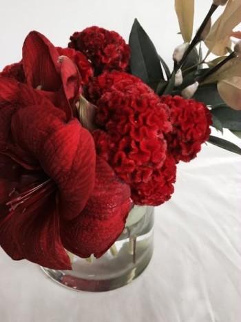 5. Hoa mào gà tông đỏ chủ đạo tượng trưng cho sự thịnh vượng và sức khỏe mạnh mẽ. Người phương Đông tin rằng hoa mào gà có khả năng xua đuổi ma quỷ. Ngoài ra từ rooster (鸡) vần với từ luck (吉) trong tiếng Trung, do đó nhiều người thích bày hoa mào gà vào ngày đầu năm mới.