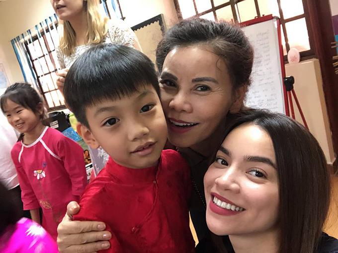Hồ Ngọc Hà cùng mẹ đến trường của Subeo tham gia hoạt động tập thể con trai.