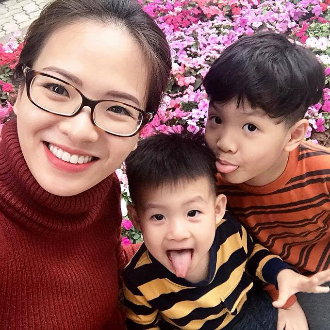 Đan Lê đưa hai con trai đi chơi tất niên. Hai cậu bé càng lớn càng đáng yêu và đối thoại như ông cụ non.
