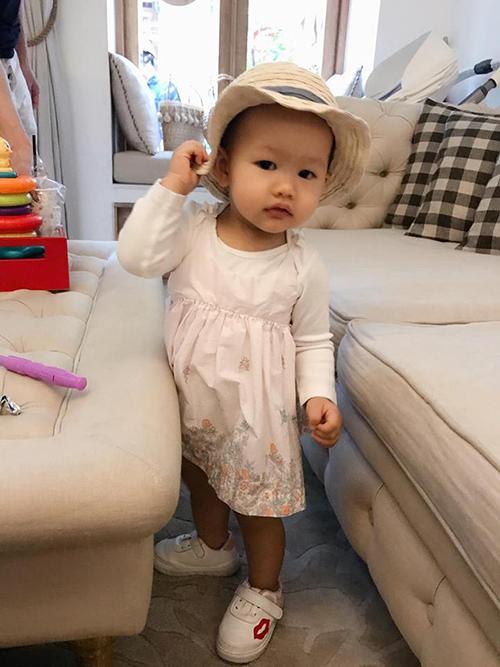 Phan Như Thảo bận rộn chăm sóc khách hàng ngày cuối năm và áy náy vì phải để con gái Bồ Câu chơi một mình.