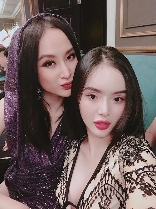 Phương Trang - em gái Angela Phương Trinh - đăng ảnh chúc mừng sinh nhật chị gái. Hai cô nàng được fan ví von nhan sắc là Thuý Vân - Thuý Kiều.