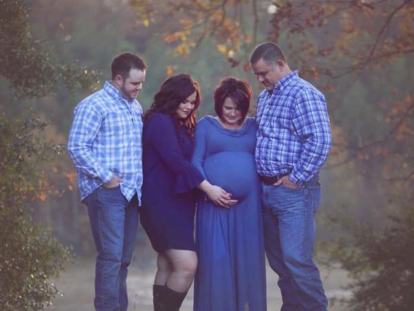 Sau nhiều nỗ lực tìm ứng viên phù hợp không thành,Kayla và chồng quyết định nhờ tới người thân.Chúng tôi kết hôn năm 2012. Mẹ chồng tôi thường nóiđùasẽ mang thai hộ các con. Sau một vài lựa chọn không phù hợp, tôi và ông xã bắt đầu xem xét việc nhờ mẹ chồng một cách nghiêm túc,Kayla giải thích.