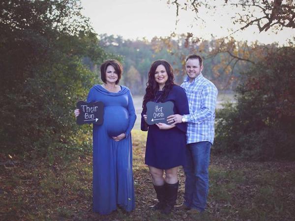 Kayla Jones (giữa)ở thành phốTexarkana, bang Arkansas,từng trải qua phẫu thuật cắt bỏ một phần tử cung năm 17 tuổi. Sau khi kết hôn,Kayla, 29 tuổi, và chồng mong mỏi có con dẫu biết việc này thật khó.Đó là lý do tại sao vợ chồng tôi phải nhờ người mang thai hộ,Kayla cho hay.