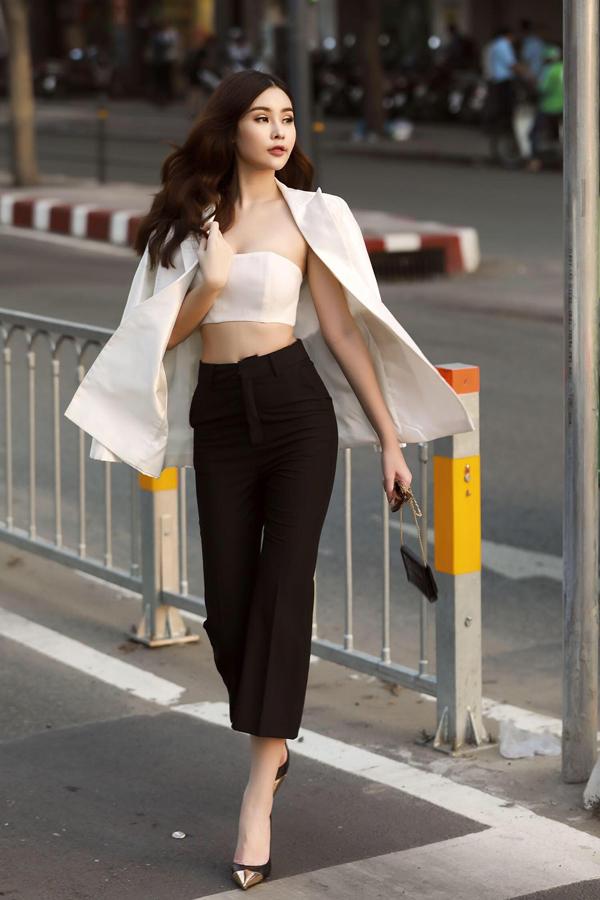 Sau thời gian lánh mặt, tránh những ồn ào quanh vương miện hoa hậu, Ngân Anh đã tái xuất. Cô mặc gợi cảm dạo phố Sài Gòn và chụp bộ ảnh mới.