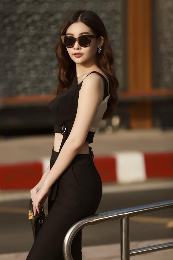 Hoa hậu Đại dương Ngân Anh mặc gợi cảm, khoe vòng eo 57cm trên phố - 3