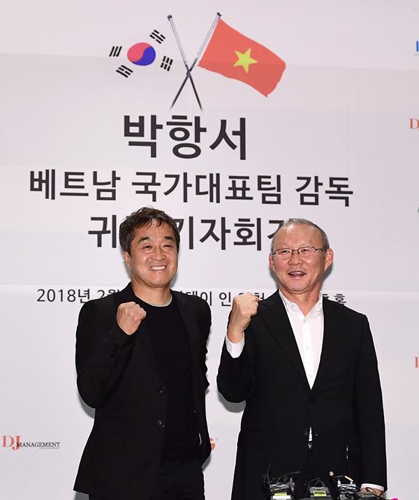 HLV Park Hang-seo và trợ lýLee Young-jin được giới truyền thông quê nhà chào đón nồng nhiệt. Ảnh: IN24.