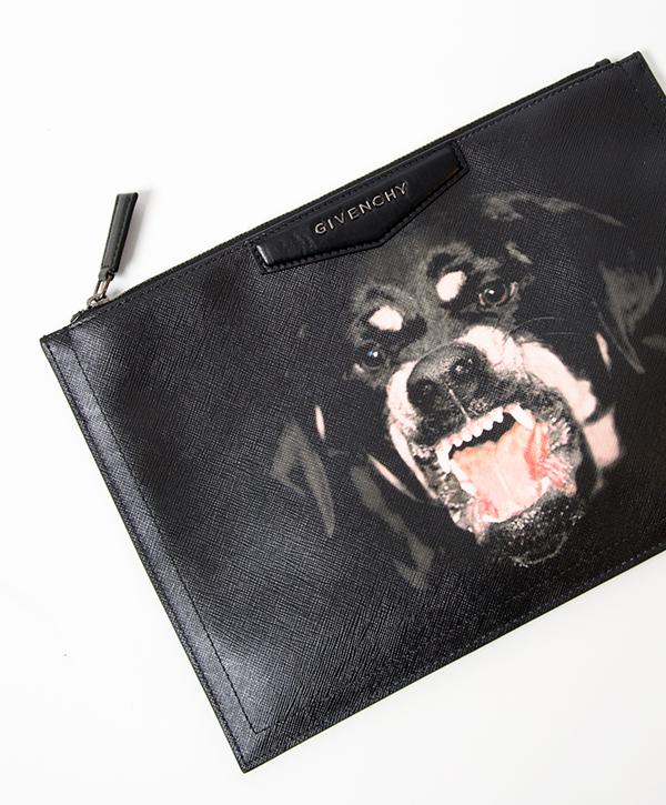 Khi nhắc đến hoạ tiết những chú chó, nhiều tín đồ thời trang nhớ đến ngay các mẫu túi cá tính của thương hiệu Givenchy. HÌnh ảnh chú chó đen với bộ nanh hung tợn gần như gắn liền với thương hiệu nổi tiếng này.