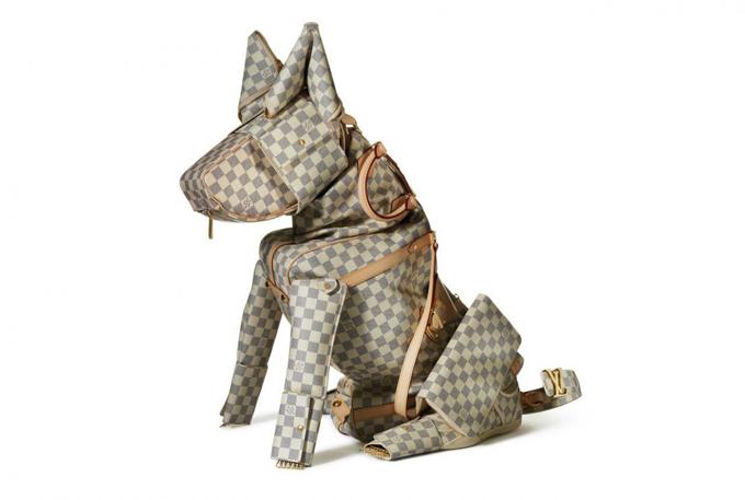 Ngoài việc sử dụng hình ảnh của các loài thú cưng như chó bull, pug, poodle làm hoạ tiết trang trí, nhiều thương hiệu còn kỳ công trong việc dựng phom túi xách độc đáo.