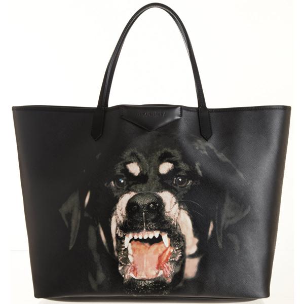 Hoạ tiết chú chó dũng mãnh được thương hiệu sử dụng trang trí cho các kiểu clutch, túi đeo vai to bản, ví cầm tay trên các chất liệu da.
