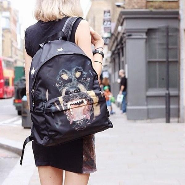 Ở nhưng thiết kế ba lô bằng vải dù, hoạ tiết đặc trưng của Givenchy tiếp tục được sử dụng để mang tới hình ảnh khoẻ khoắn.