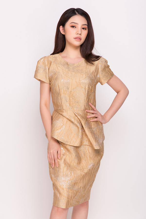 Ngoài việc tập trung vào khâu xử lý chất liệu và hoa văn in, phần phom dáng cũng được đầu tư để mang tới các mẫu váy có tính ứng dụng cao nhưng vẫn giúp phái đẹp thể hiện hình ảnh sang trọng, sành điệu.