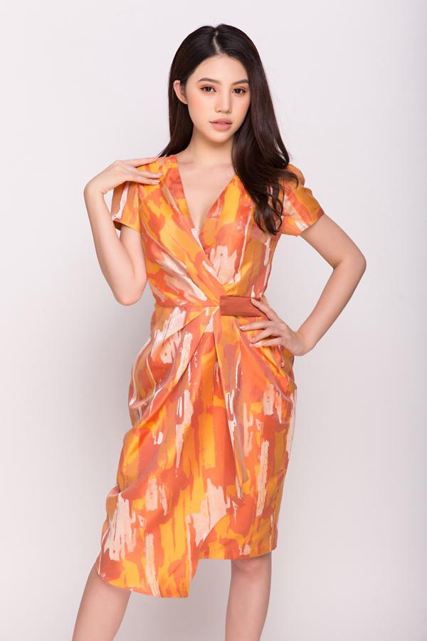 Nàng xuân 2018 được nhà mốt Việt phác họa qua các mẫu váy sơ mi, váy vạt quấn, đầm chấm gối, váy lệch vai kiểu dáng trang nhã.
