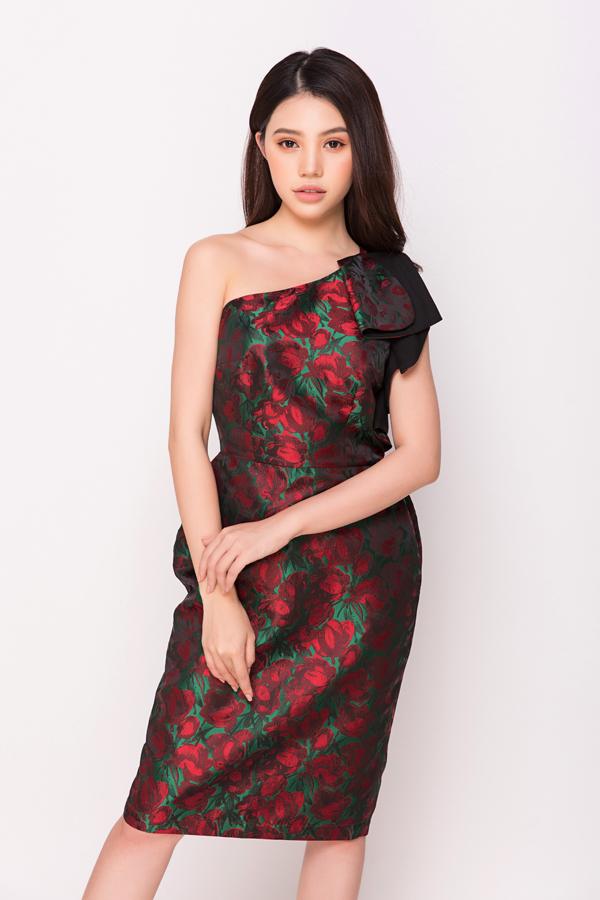 Nắm bắt nhanh nhạy nhu cầu sử dụng váy áo in họa tiết rực rỡ trong không khí xuân hè, nhà mốt Việt đã mang đến nhiều kiểu đầm có tông màu nóng.