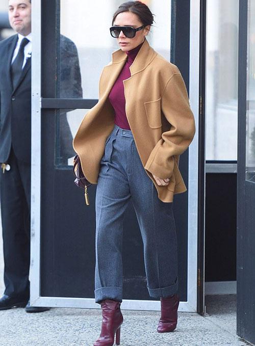 Sáng 8/2, nhà thiết kế thời trang rời khách sạn tới văn phòng ở Manhattan. Bà Becks được khen phong cách khi phối hợp áo, bốt và túi xách cùng màu nâu đỏ.