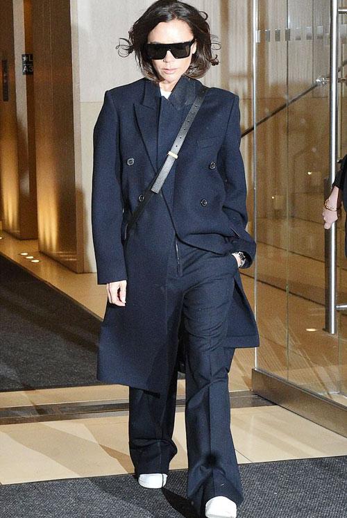Hôm 7/2, Vic rời khách sạn trong bộ đồ mang hơi hướng nam tính.