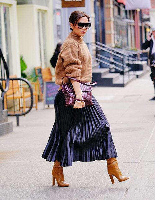 Chiều 6/2, bà mẹ 4 con như đang đi diễn thời trang trên phố New York khi kết hợp áo len cùng bốt đồng màuđi kèmchân váy kim loại. Bộ đồ bay bổng, thanh lịch của Vic nhận được nhiều lời khen.