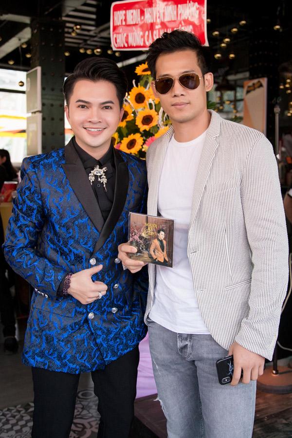 Diễn viên Thanh Thức chúc mừng Nam Cường đoạt quán quân cuộc thi hát và ra album vol 6 Người kể chuyện tình.