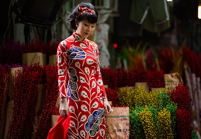 Chất liệu lụa mềm mại với những sắc màu rực rỡ như hoa xuân được thể hiện sống động ở bộ sưu tập này.