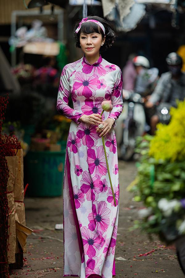 Muôn sắc hoa như đua nở trên từng tà áo dài nhẹ nhàng và khiến hình ảnh của người mặc trở nên trẻ trung hơn.