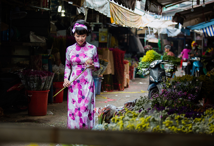 Áo dài chít eo tôn đường cong cùng phần tà dài qua gối được tái hiện một cách sắc nét để mang tới hình ảnh đậm nét Việt cho người phụ nữ trong dịp Tết cổ truyền.