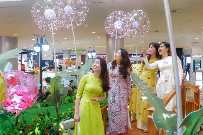 Vườn hoa bồ công anh rực rỡ: Thời điểm này, các khu trung tâm thương mại đã bắt đầu khoác lên mình sắc áo xuân rực rỡ, phù hợp cho cả nhà cùng đến vui chơi, mua sắm dịp cuối năm.
