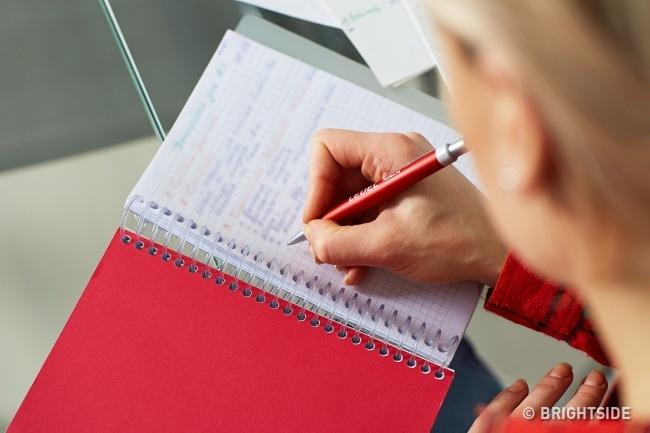 1. Viết ra mọi điều đang nghĩ trong đầu. Chuyên gia tâm lý họcJohn Duffy cho biết: Để giảm căng thẳng, tôi viết xuống giấy những suy nghĩ, tình huống và các mối quan hệ với mọi người lẫn ý tưởng bài báo. Tôi viết và sắp xếp mọi thứ đến trong đầu. Quá trình sáng tạo này thực sự có ích bởi bạnsẽ quên mọi vấn đề. Bạn sẽ thấy nhẹ đầu hơn, từ đó căng thẳng chẳng mấy chốc hạ nhiệt.