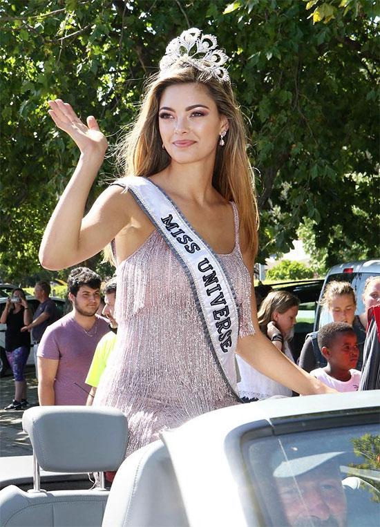 Mỹ nhân vừa được chuyên trang sắc đẹp Missosology trao danh hiệu Timeless Beauty 2017 là Hoa hậu Hoàn vũ Demi-Leigh Nel-Peters. Người đẹp Nam Phi đăng quang Miss Universe 2017 vào tháng 11 năm ngoái. Demi sở hữu vẻ đẹp tự nhiên cuốn hút và phong cách năng động.