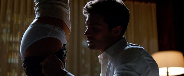 Jamie trong một cảnh nóng với Dakota.