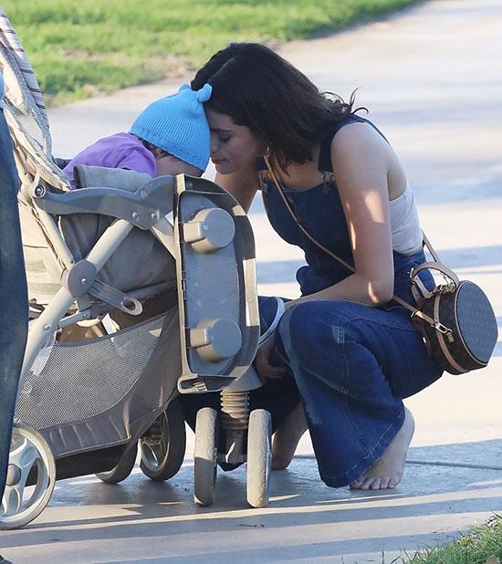 Không chỉ Bieber, bạn gái của anh là Selena Gomez cũng rất yêu trẻ con. Khi đi chơi công viên vào cuối tuần trước, Selena chạy tới cưng nựng một em bé đang ngồi chơi trên xe đẩy.