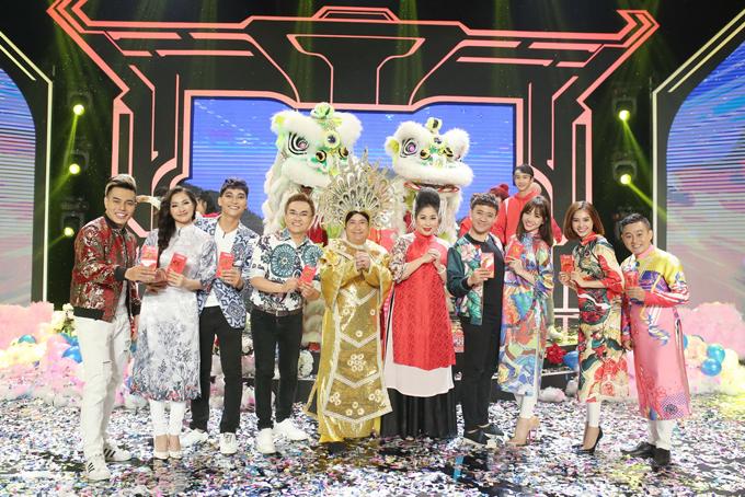 Các nghệ sĩ được chia làm hai đội để cùng tham gia nhữngthử thách do trưởng thôn NSND Hồng Vân đưa ra.