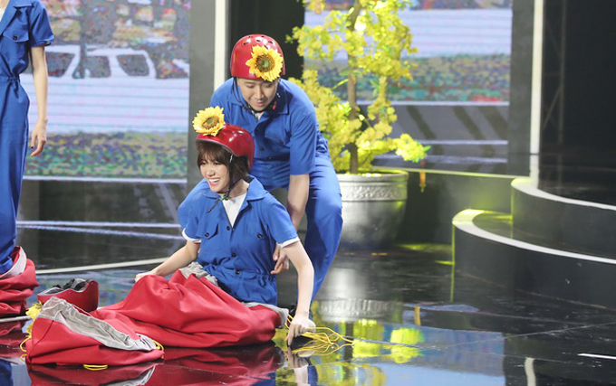 Khi tham gia các trò chơi, Trấn Thành luôn quấn quýt trêu đùa và có những cử chỉ quan tâm, chăm sóc vợ.