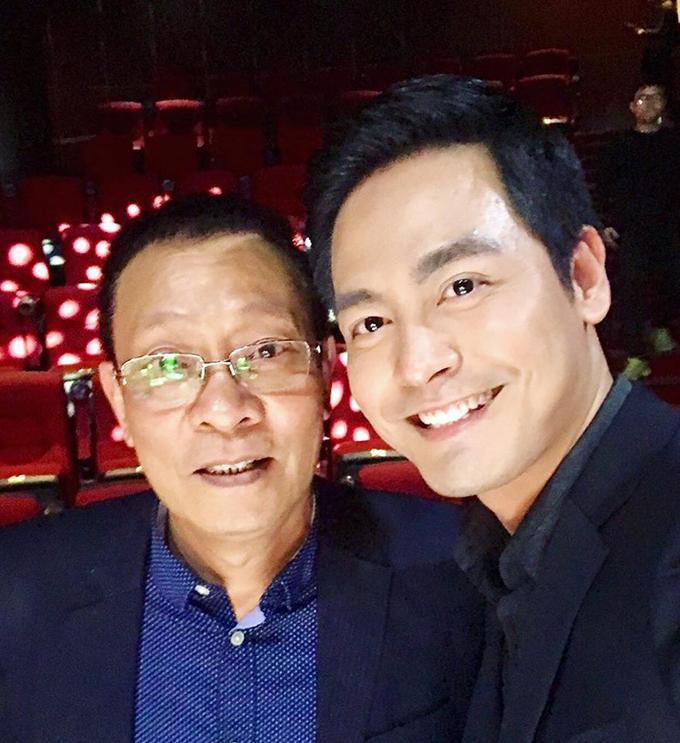 MC Phan Anh hạnh phúc vì được chụp ảnh cùng thần tượng - MC Lại Văn Sâm.