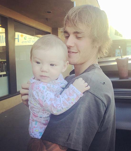 Cô bé mỉm cười trong vòng tay của giọng ca Baby.