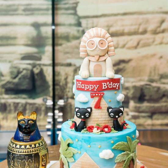 Bánh sinh nhật của Jayden cũng theo phong cách Ai Cập.