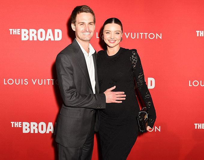 Miranda Kerr rạng rỡ trên thảm đỏ cùng ông xã kém 7 tuổi. Đây là lần đầu tiên vợ chồng cô tham dự sự kiện cùng nhau từ khi siêu mẫu mang thai.