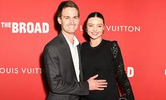 Bà bầu Miranda Kerr được chồng tỷ phú hộ tống tới thảm đỏ