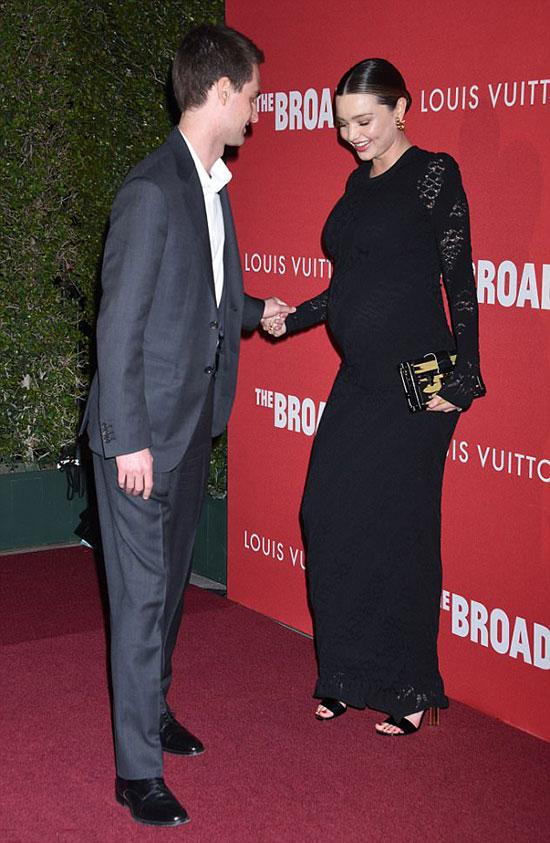 Ông chủ Snapchat cẩn thận đỡ vợ bầu trên đôi giày cao gót.