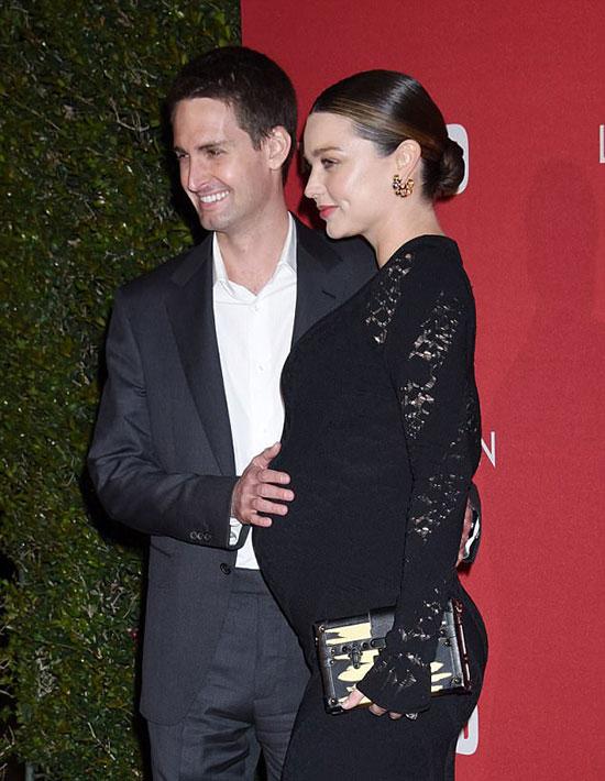 Tuy trẻ hơn vợ nhiều tuổi nhưng theo tiết lộ của Miranda, Evan là người đàn ông rất chín chắn và thuộc mẫu người yêu gia đình.