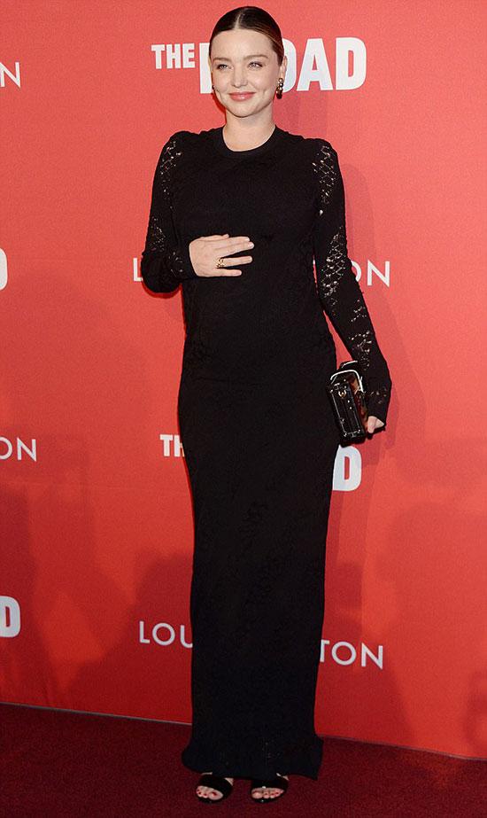 Mang thai ở tháng thứ 7, siêu mẫu 34 tuổi đã béo lên trông thấy. Tuy nhiên cô rất xinh đẹp, rạng rỡ với làn da đẹp không tì vết.