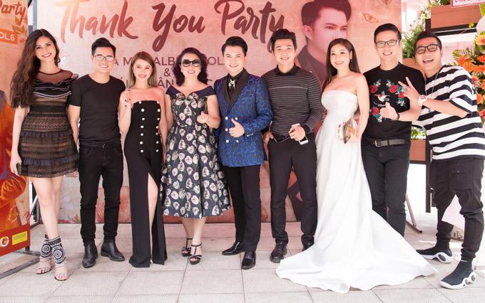 Á hậu Kim Nguyên (ngoài cùng bên trái), MC Bá Niên, Anh Quân, Hoàng Rapper... chụp ảnh kỷ niệm cùng chủ nhân buổi tiệc.