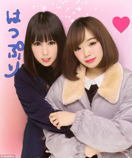 Cô gái trẻ (trái) hiện đã khỏe mạnh và xinh đẹp. Ảnh: AsiaWire