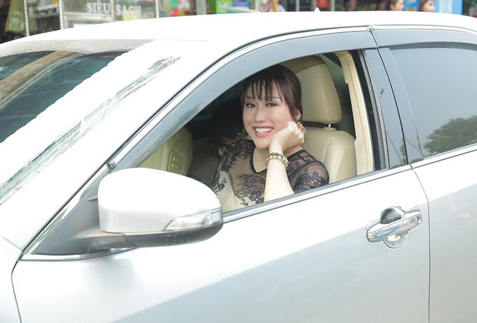 Phi Thanh Vân đã lấy lại tinh thần sau khi xử lý xong sự cố kinh doanh. Cô vui vẻ tự lái xe hơi riêng đi làm từ thiện.