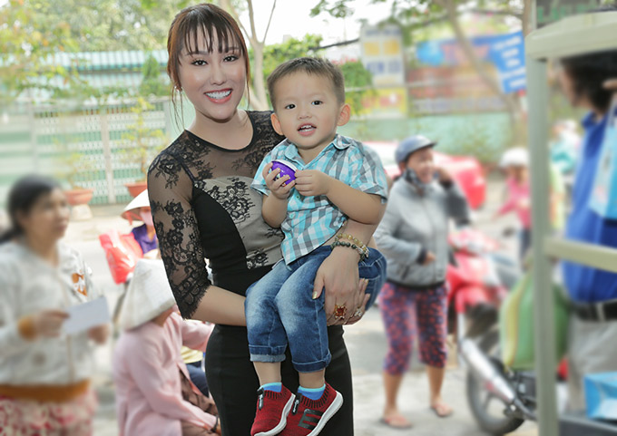 Con trai cưng Tấn Đức đi cùng nữ hoàng dao kéo đến quận 12 tặng quà Tết cho bà con nghèo. Đường đông kẹt xe nên mất 2 tiếng đồng hồ Phi Thanh Vân mới tới nơi.