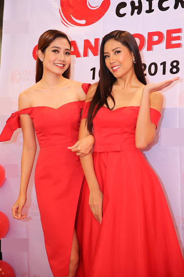 Ninh Hoàng Ngân mặc đầm đỏ ton-sur-ton và có kiểu dáng tương tự bộ đầm của Nguyễn Thị Loan khi đến chúc mừng bạn. Cả hai tự tin đọ vai trần gợi cảm.