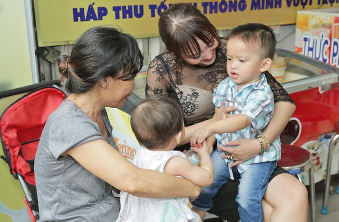 Bé Tấn Đức tròn 2 tuổi vào ngày 6/2 nhưng vì bận nhiều việc nên Phi Thanh Vân dự định tối 12/2 mới làm tiệc sinh nhật cho quý tử.