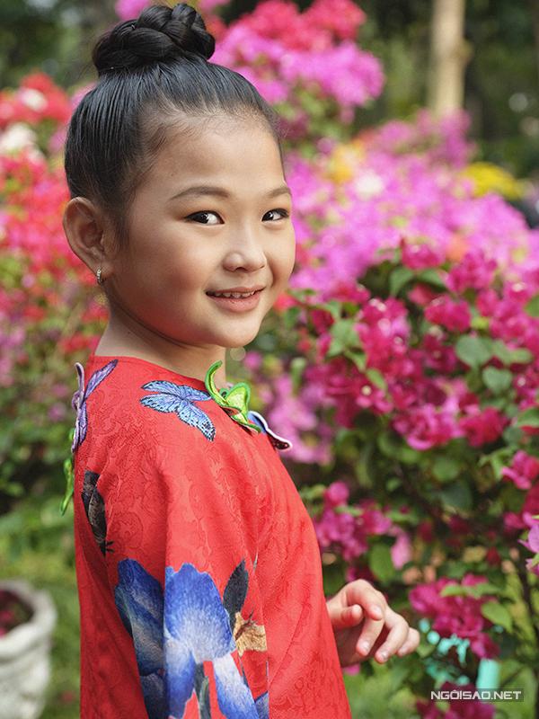 Tông màu đỏ tươi được ưa chuộng trong dịp lễ Tết cổ truyền cũng được đưa vào dòng thời trang áo dài thiếu nhi.