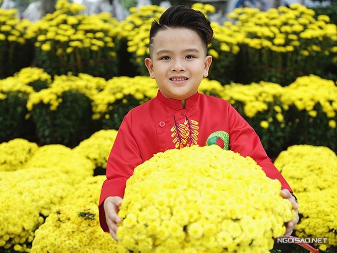 Ngoài việc đưa mua quần áo mới, đi khu vui chơi các nhóc tỳ ở Sài Gòn còn thích thú khi được ba mẹ đưa đi tham quan đường hoa và các hội hoa xuân nổi tiếng.