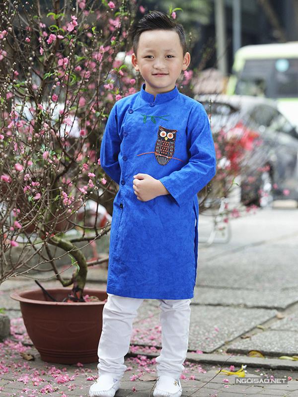 Bên cạnh các kiểu áo thun quần jean hợp mốt, trong những năm gần đây các kiểu áo dài truyền thống cũng được nhiều bậc phụ huynh lựa chọn cho các bé.